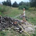 Jonas macht die Steine sauber